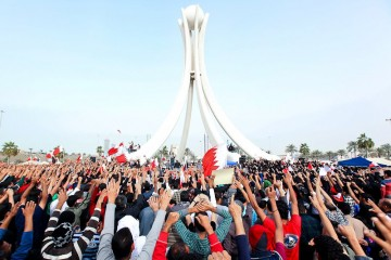 Protesters_fests_toward_Pearl_roundabout