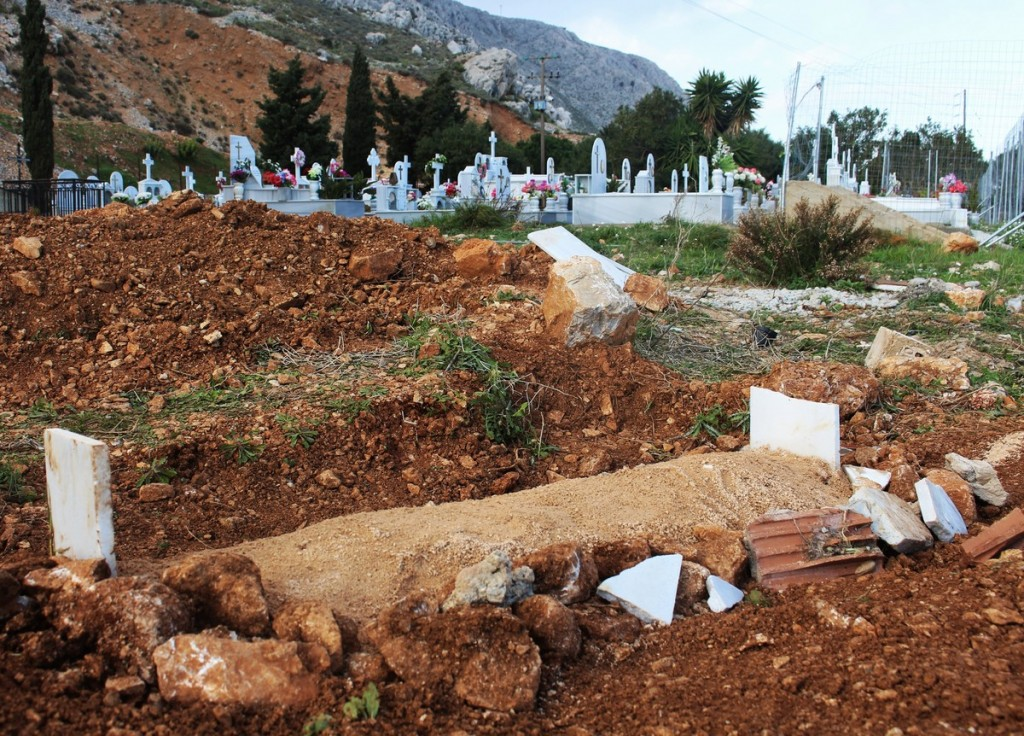 child_refugee_grave_greece