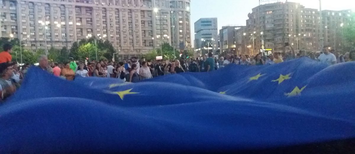 Anti-government protesters waving an EU flag, Bucharest, August 11, 2018 (Photo credit: Frank Elbers)